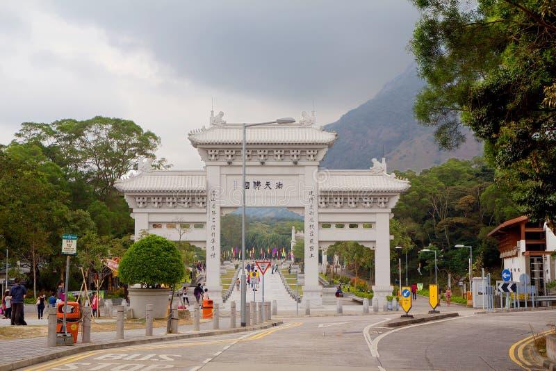 对Po林修道院的主闸在大屿山上 香港 免版税库存照片