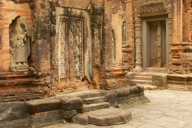 对Preah Ko寺庙的废墟的看法在暹粒,柬埔寨 库存图片
