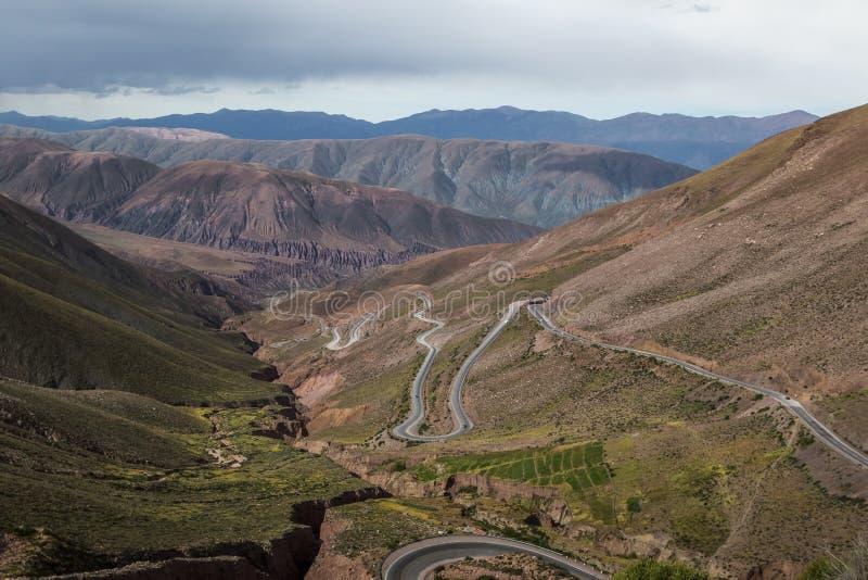 对Purmamarca - Jujuy,阿根廷的Cuesta de Lipan下坡高速公路 免版税库存照片