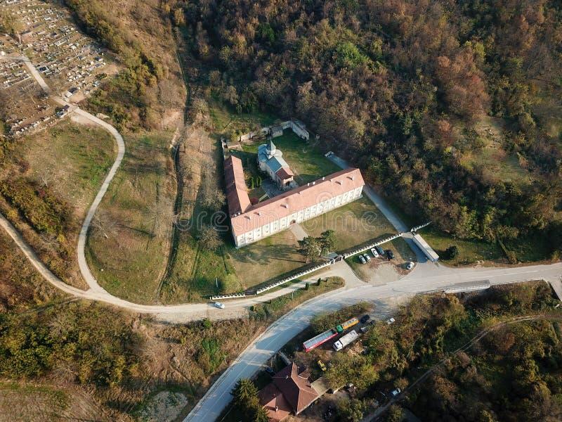对Rakovac正统修道院的空气视图在秋天的塞尔维亚 库存照片
