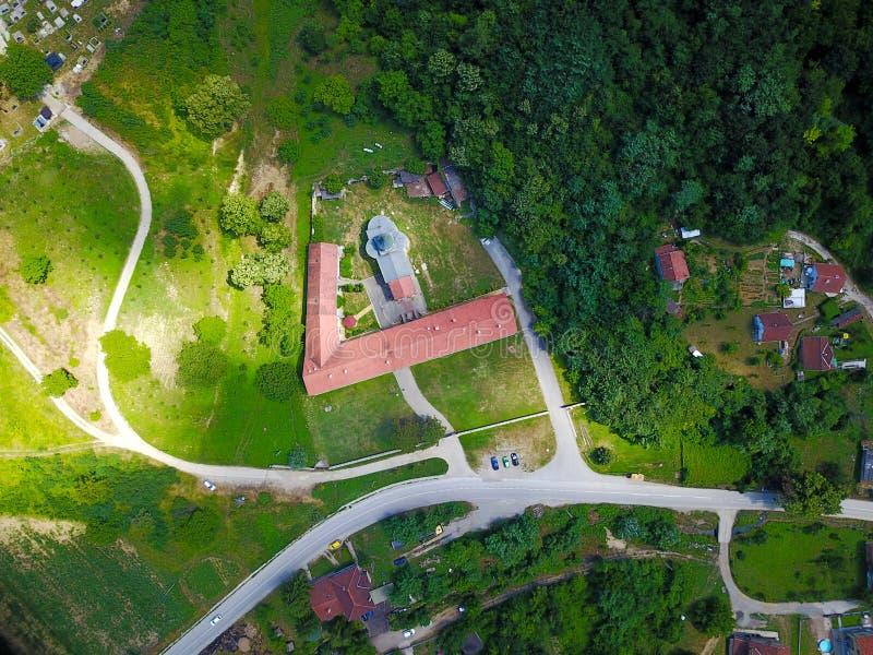 对Rakovac正统修道院的空气视图弗鲁什卡山山的,塞尔维亚 库存照片