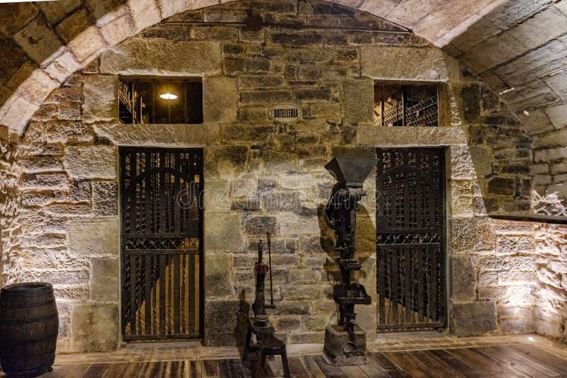 对Rioja酒从酿酒厂的特别准备金被保留的房间的进口,与两老葡萄酒酿造ma 库存照片