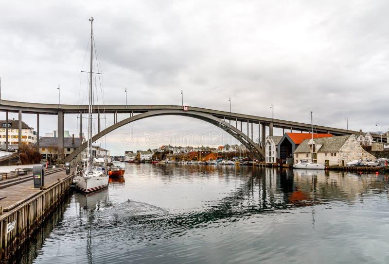 对Risoya的桥梁,在运河的风船在市海于格松,挪威 库存照片