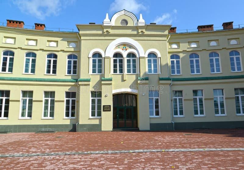 对ROC加里宁格勒主教管区的正统健身房的大厦的中央入口  免版税图库摄影