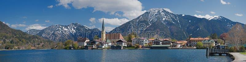 对rottach-egern和湖tegernsee的全景与阿尔卑斯 免版税图库摄影