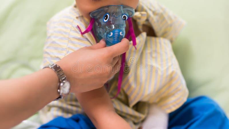 对RSV男孩患者的吸入面具 免版税库存照片