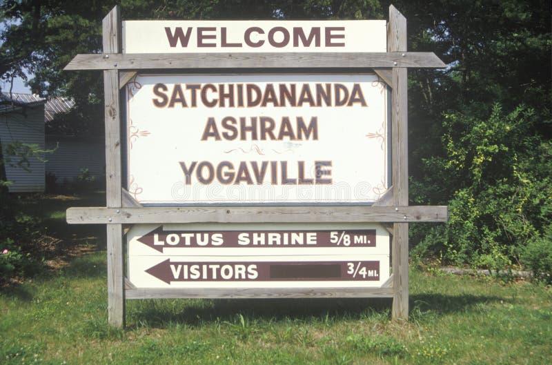 对Satchidananda聚会所Yogaville和莲花会议中心的路牌在白金汉,弗吉尼亚 免版税库存照片