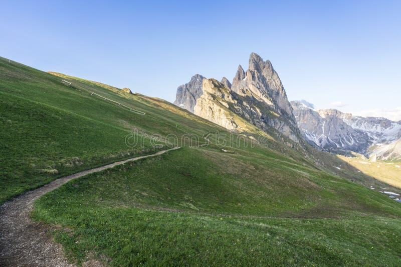 对Seceda的山行迹 Odle在白云岩的山脉看法  E 免版税库存照片
