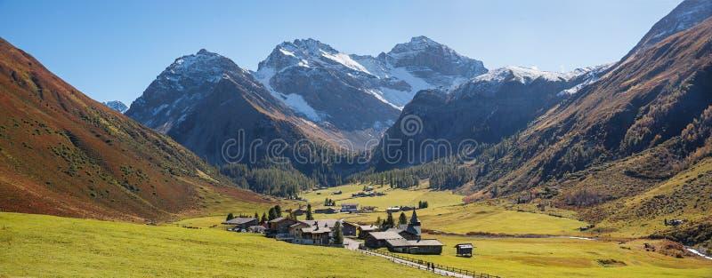 对sertig村庄的全景和谷在秋天基于 Sw 图库摄影