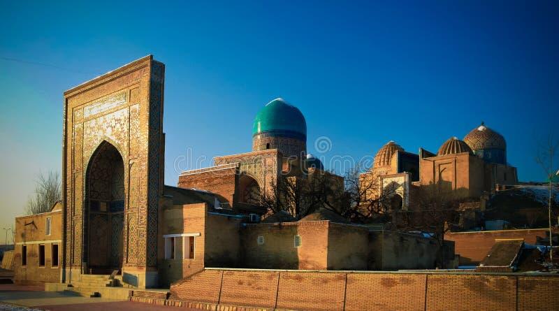 对Shah-i-Zinda大墓地的外视图在撒马而罕, Usbekistan 免版税库存图片
