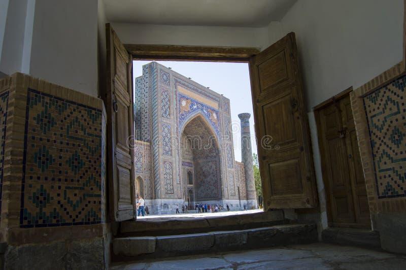对Sherdor Madrasah的看法在撒马而罕 免版税库存图片