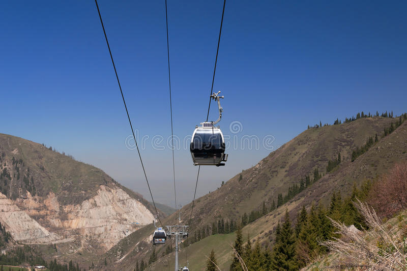 对Shymbulak滑雪胜地的滑雪吊车 库存图片