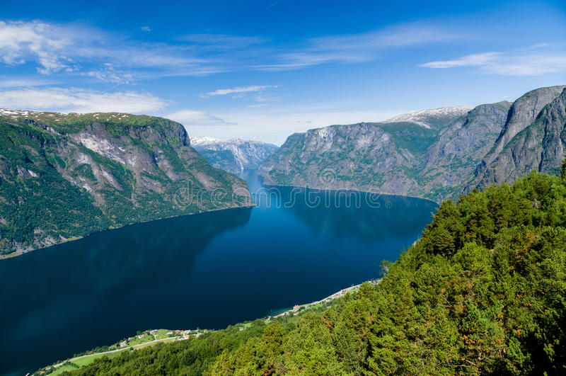 Download 对Sognefjord的夏令时视图从Stegastein观点 库存图片 - 图片 包括有 beauvoir, 斯堪的那维亚: 59112117