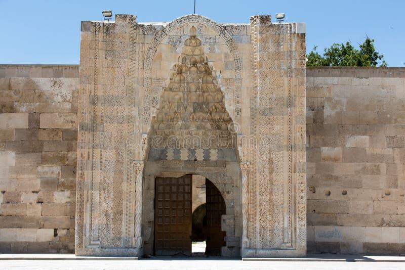 对Sultanhani商队投宿的旅舍的入口 免版税库存照片