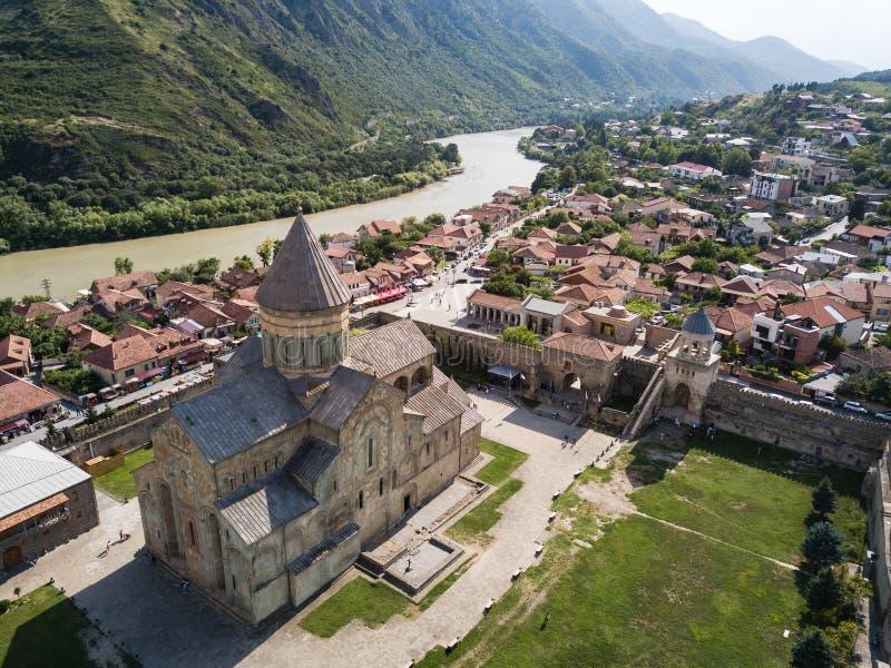 对Svetitskhoveli正统大教堂和历史镇姆茨赫塔的鸟瞰图,在第比利斯附近,乔治亚 免版税库存图片