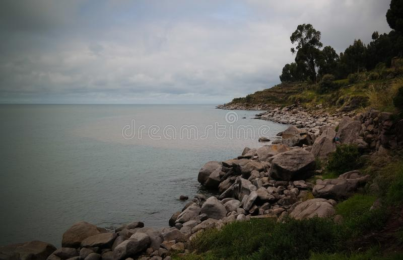 对Taquile海岛海岸线的全景在Titicaca湖,普诺,秘鲁 库存图片