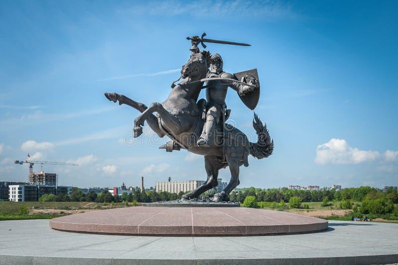 对Vytis的纪念碑,在马背上拿着剑和盾,自由战士雕塑的骑士在考纳斯 免版税库存照片