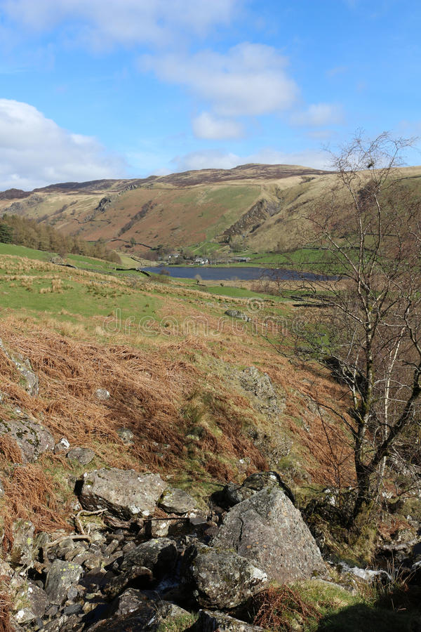 对Watendlath塔恩省和高位子, Cumbria的看法NE 免版税库存照片