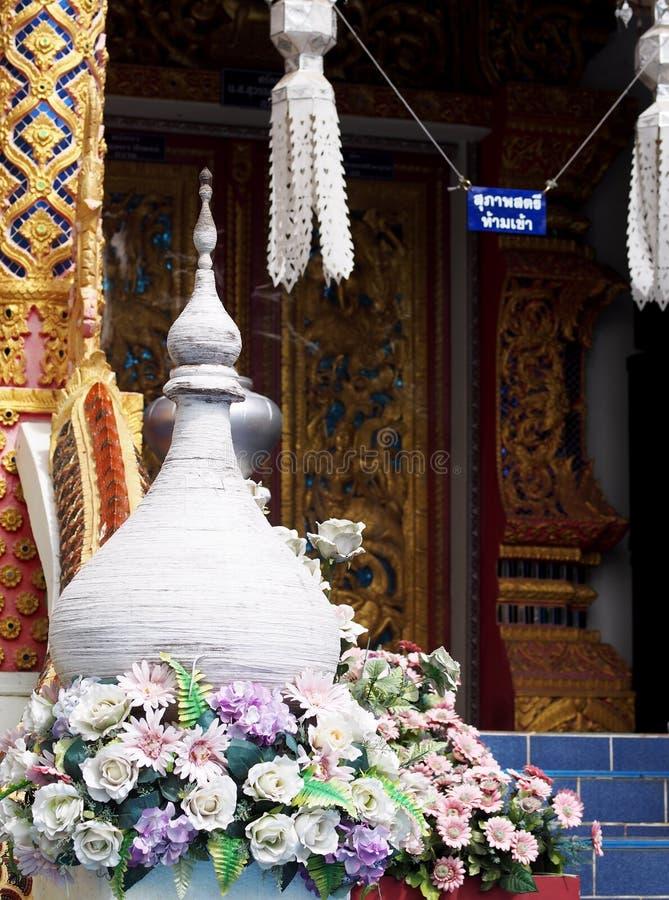 寺庙元素看起来用花或stupa装饰的一点塔 库存图片