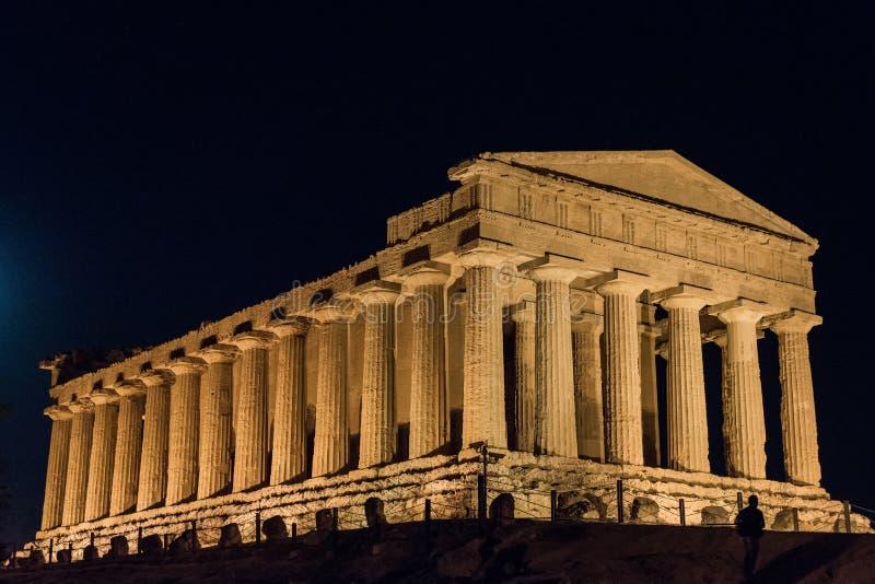 寺庙在阿哥里根托夜在西西里岛-意大利 库存照片