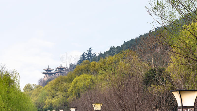 寺庙塔在绿色庭院里 库存图片