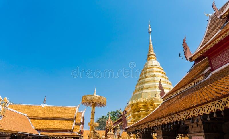 寺庙屋顶有在Wat Phra的蓝天背景土井素贴是多数普遍和地方著名在清迈泰国 免版税库存照片