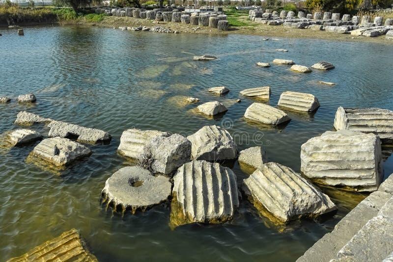 寺庙柱子遗骸在池塘 图库摄影