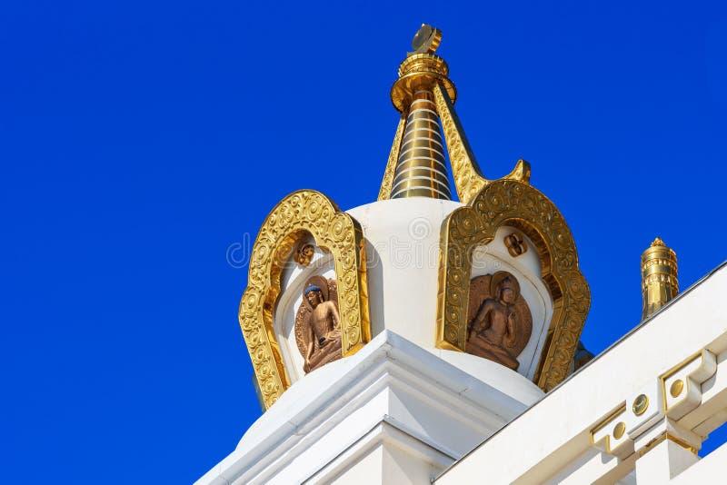 寺庙的元素在菩萨释伽牟尼佛教复杂金黄住宅里在春天 埃利斯塔 俄国 库存图片