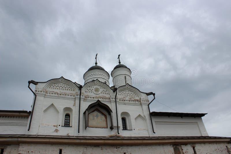 寺庙的圆顶反对灰色天空的在雅洛斯拉夫尔地区的Uglich的克里姆林宫  库存照片