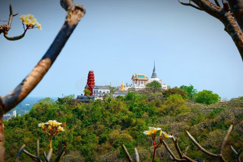 寺庙的塔在高小山顶的 免版税库存图片