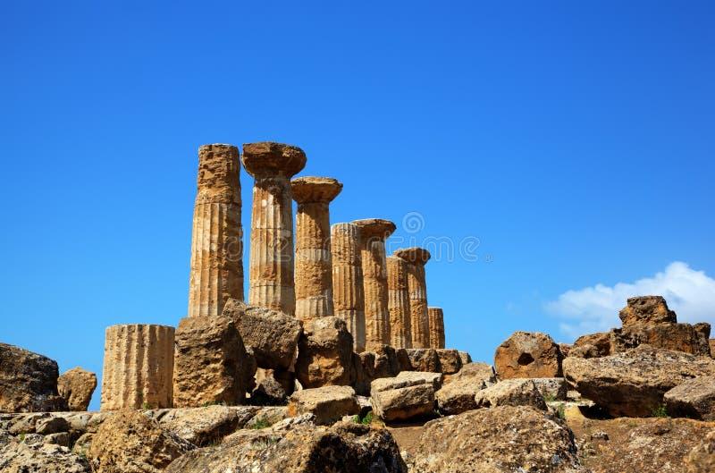 寺庙的多利安人的专栏赫拉克勒斯(Ercole寺庙)在Agridgento谷。 库存图片
