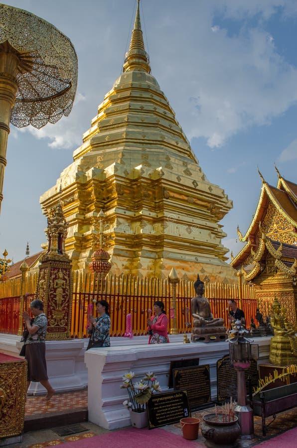 寺庙行人通过土井素贴(金黄登上)做祷告步行 免版税库存照片