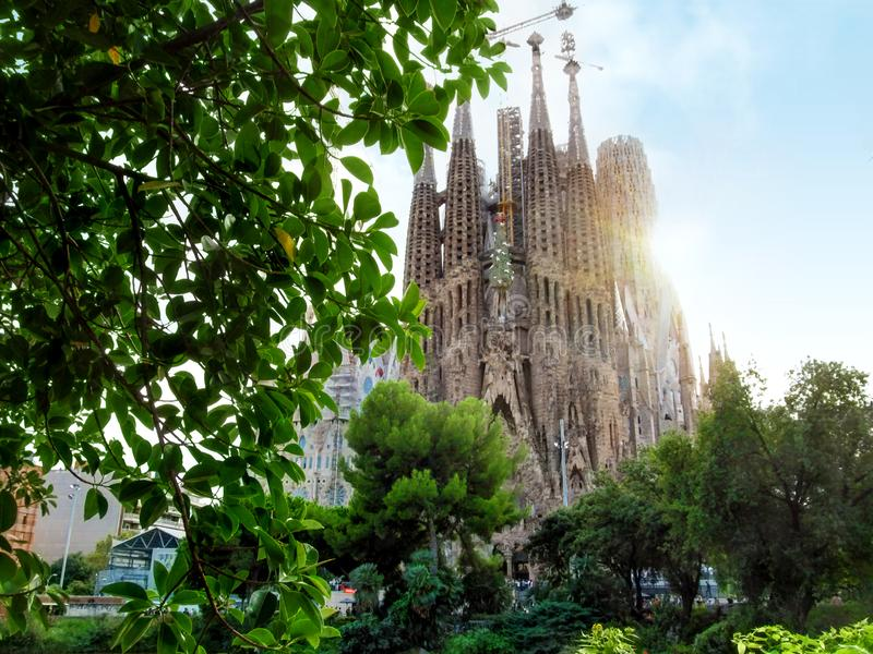 寺庙Expiatori de la从方形的Plaza de Gaudi的Sagrada Familia的看法 免版税库存图片