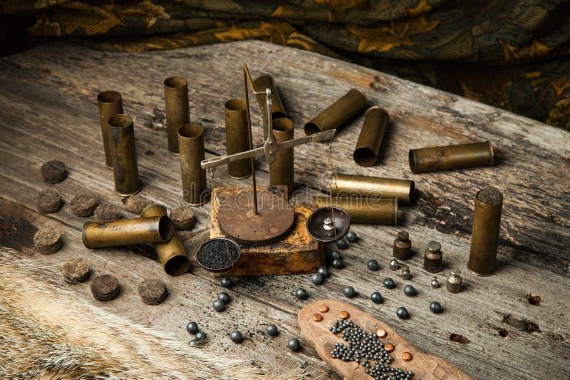 寻找在一张木桌上的设备 免版税库存图片