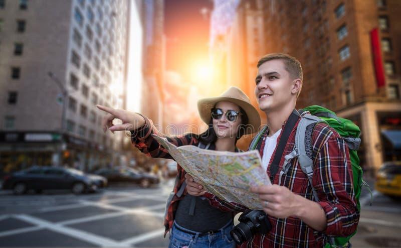 寻找在地图的旅客城市吸引力 免版税库存图片
