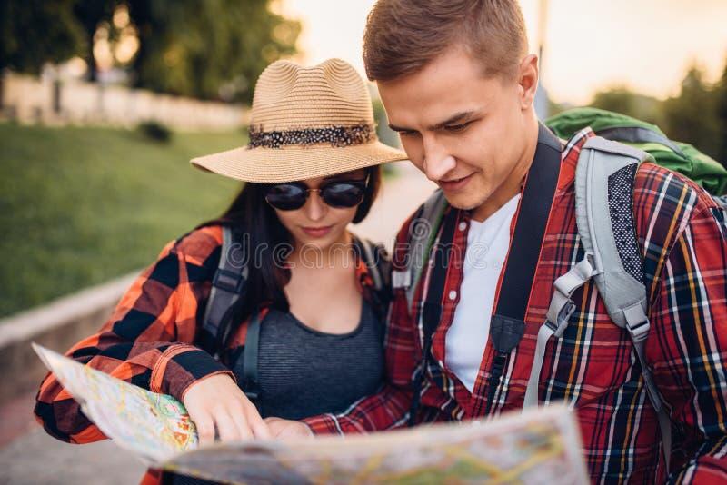 寻找在地图的游人城市吸引力 免版税库存图片