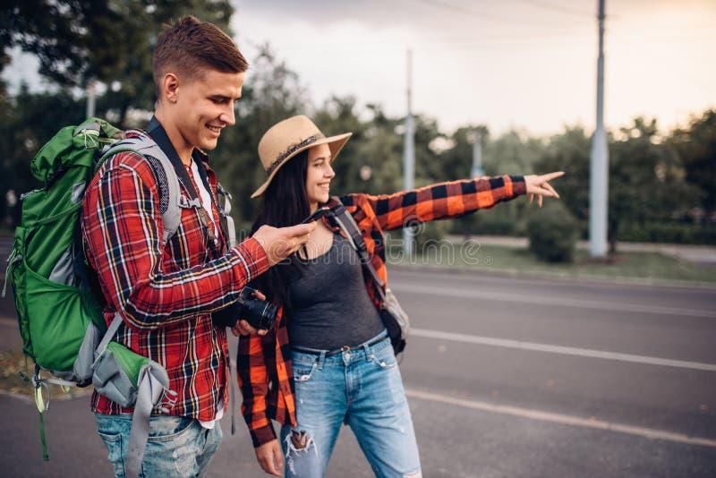 寻找城市吸引力的游人夫妇  图库摄影