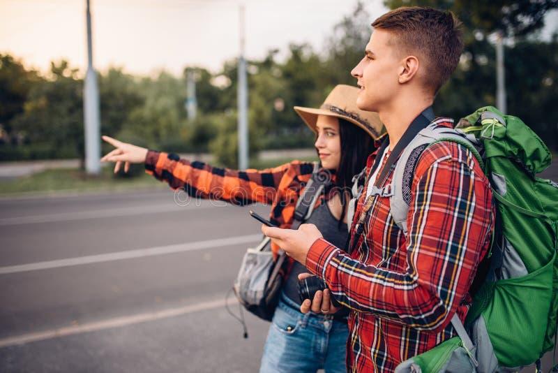 寻找城市吸引力的游人夫妇  免版税库存图片