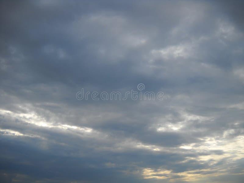 寻找它的道路的阳光通过多雨cloudscape 库存照片