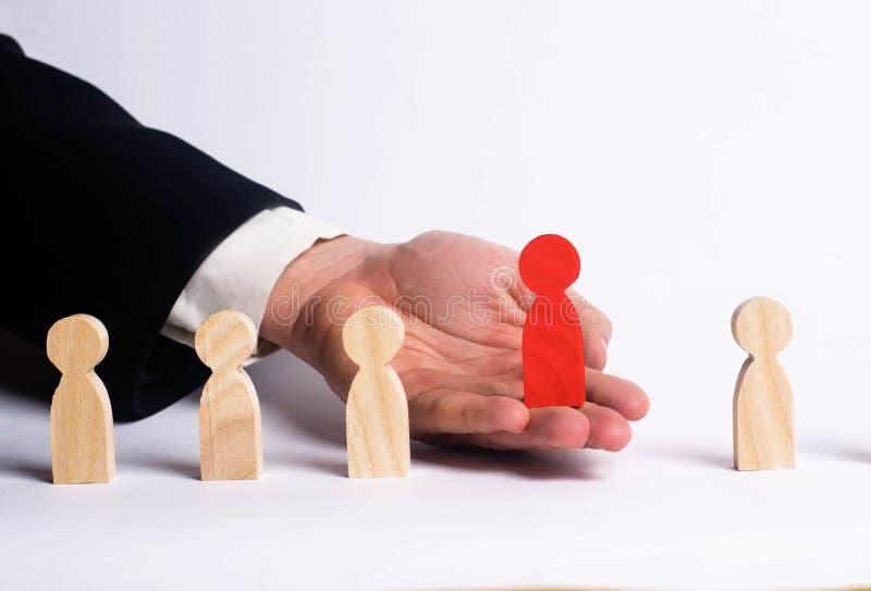 寻找新的雇员的商人 图红色 人员挑选和管理的概念在队内 解雇 免版税库存图片