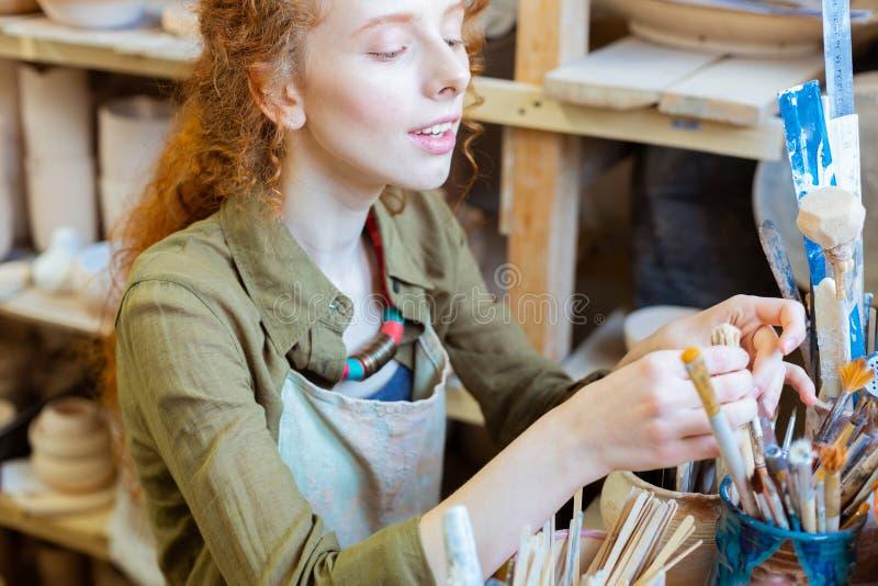 寻找特定工具的殷勤姜黏土大师 免版税库存图片