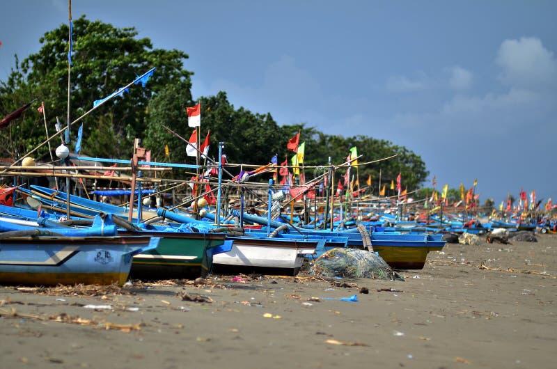 寻找鱼的渔船倾斜在乌龟海湾 库存图片
