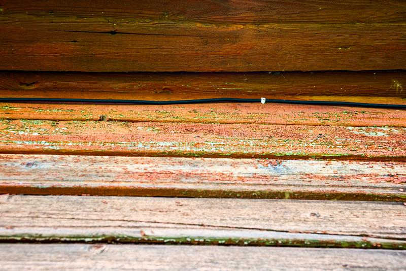 导线在木墙壁上被固定 库存照片