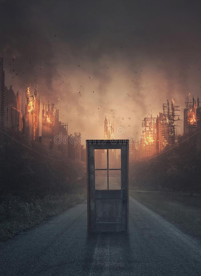 导致一个灼烧的城市的门 库存图片