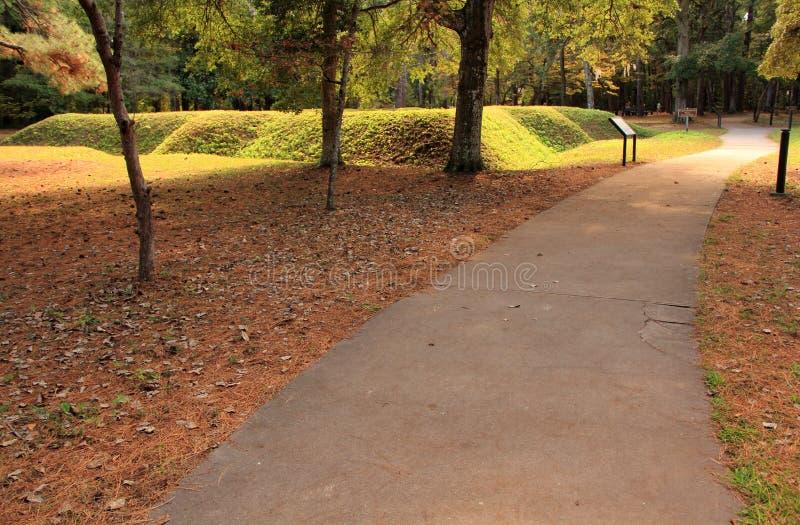 导致一个被重建的土制堡垒的足迹 库存图片