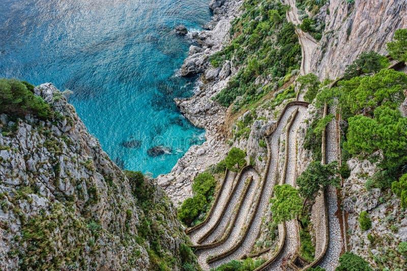 导致下来一个陡坡的海的绕台阶 免版税库存照片