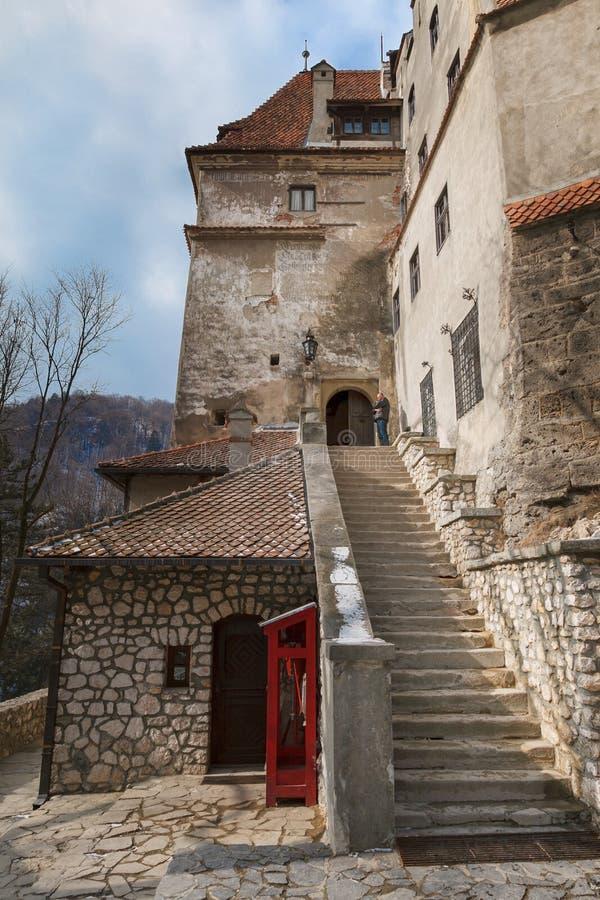 导致中世纪麸皮城堡德雷库拉的城堡的一个石楼梯的步在罗马尼亚 免版税库存照片
