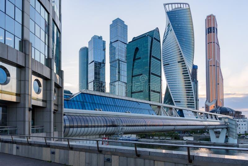 导致商业区的桥梁在莫斯科-莫斯科国际商务中心'莫斯科城市' 图库摄影