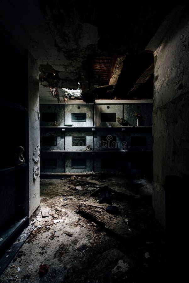 导致土窖&棺材-被放弃的陵墓的黑暗的走廊 库存图片