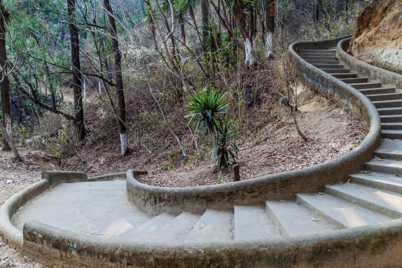 导致塞罗de la克鲁斯观点的台阶在安提瓜,Guatema 免版税库存图片